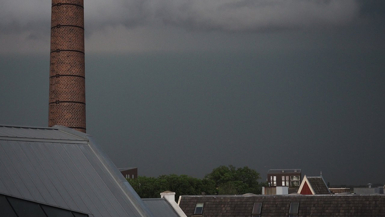 In beeld: regenbui trekt over Deventer